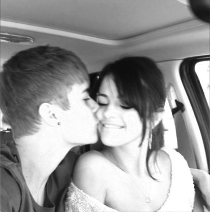 #Sele´s Love} Selena-gomez-justin-bieber-kiss_413x417_large