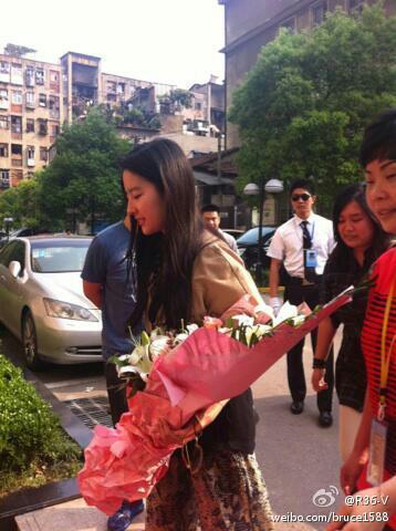 06/05/2012 หลิวอี้เฟยเยี่ยมชมสำนักงานของ Z'dorzi (อู่ฮั่น) 53856e83jw1dsoq69hst4j