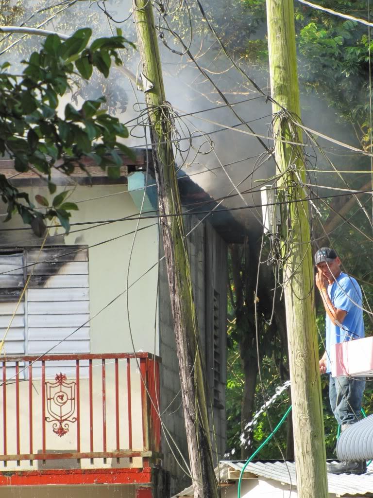Fuego destruye al menos dos residencia en San Lorenzo y afecta a otras por el humo. IMG_7372