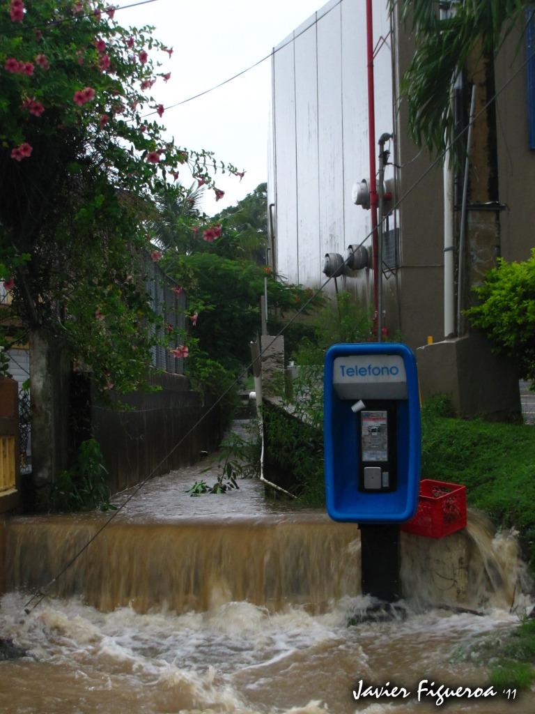 Listados de nombre de ciclones para el año 2012 TelefonoPublicoIMG_0166