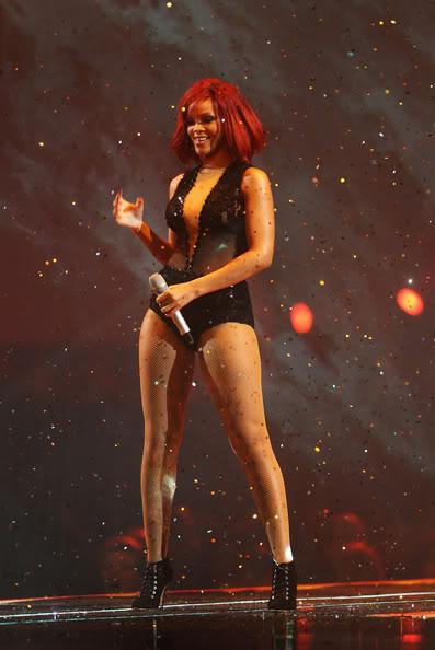 Rihanna .  - Page 3 RihannaBRITAwards2011ShowEvHQ28qgn9_l