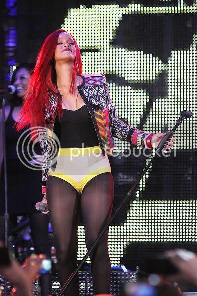 Rihanna .  - Page 3 RihannaRihannaPerformsNewYorkCityTimes59MhJ8rMa8Jl