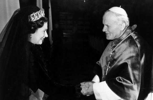 Brittanië nu volledig Rooms Katholiek? QueenElizabeth2meetsyoungPopepaulII