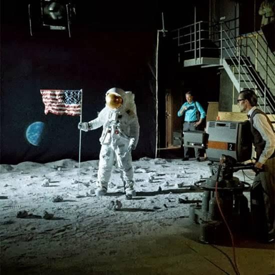 Ο ΑΝΘΡΩΠΟΣ ΣΤΟ ΦΕΓΓΑΡΙ... Η ΜΕΓΑΛΗ ΑΠΑΤΗ ΤΗΣ ΑΝΘΡΩΠΟΤΗΤΑΣ Fake-moon-landing1_zpscefd84f2