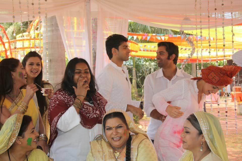 1.Iss Pyaar Ko Kya Naam Doon ( Ce nume să-i dăm acestei iubiri?) - Pagina 37 430195_387910237887438_100000053941052_1508557_796152780_n