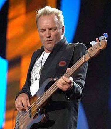 Mostre o mais belo Precision que você já viu Sting_on_bass_playing_guitar_stage