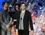 EVENTO - MTV Awards 2011 - 5/06/2011 Th_robert-pattinson-actor-pelicula-beso-y-pelea