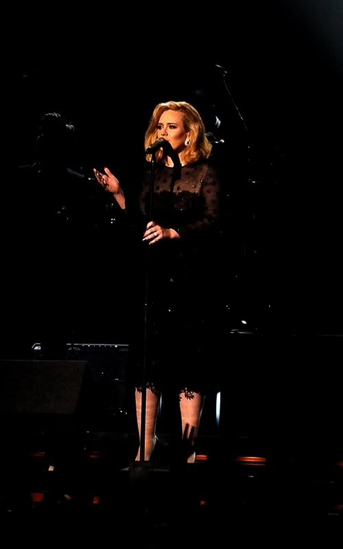 Знаменитости на мероприятиях - Страница 4 Adele-grammy-performance-2012-1