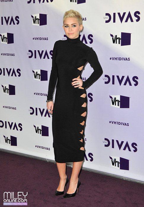 Miley Cyrus - Страница 4 09401_mileytag11_123_429lo