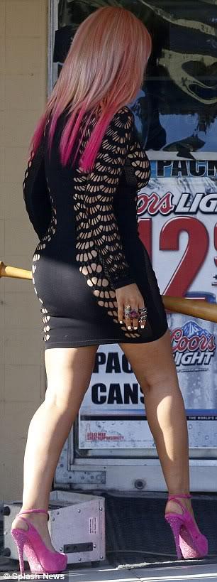 Christina Aguilera  - Страница 4 Article-0-14B5DEEB000005DC-111_306x819