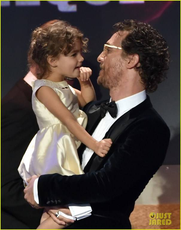 Звездные папочки - Страница 21 Matthew-mcconaughey-shares-adorable-moment-with-daughter-vida-at-american-cinematheque-17_zps3aa15f73