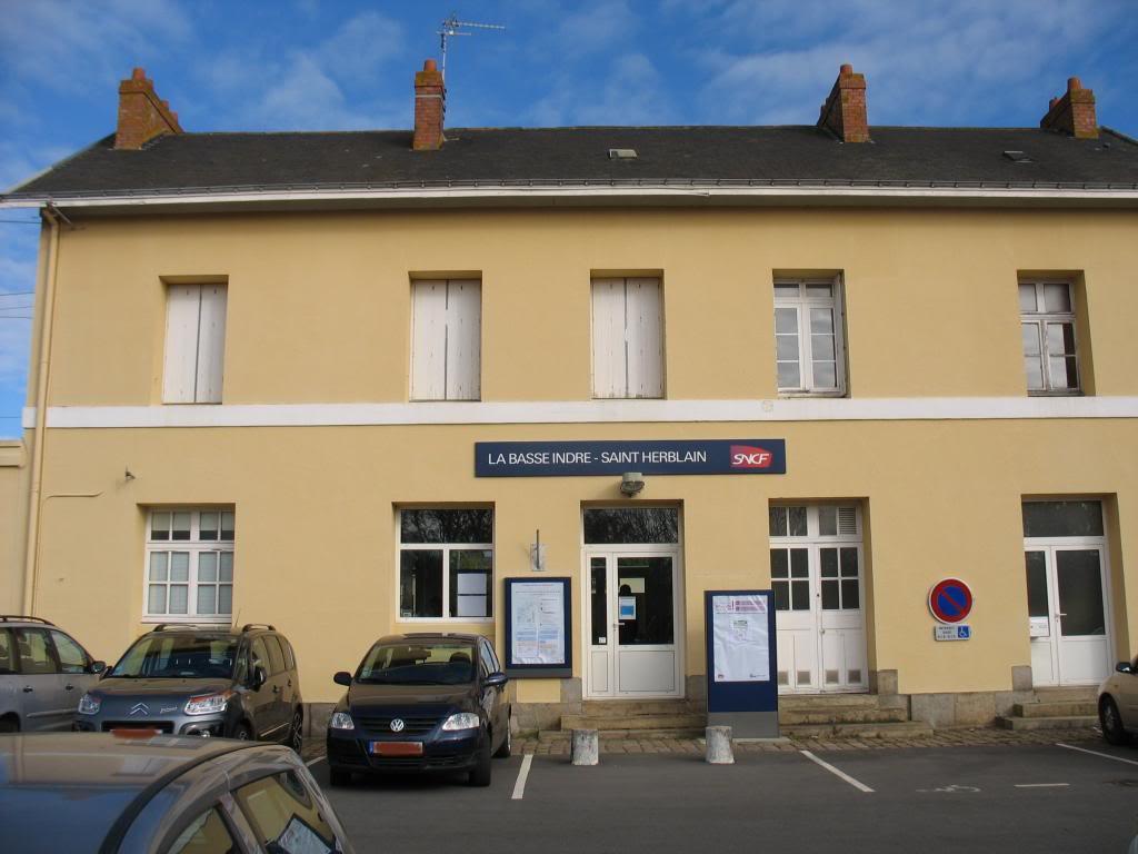 Les gares de Nantes à Savenay - Ligne Nantes-Le Croisic-Redon-Quimper 14-Basse-IndreStHerblainfaccediladecocircteacuteparking