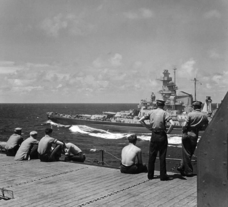 Segunda Guerra Mundial - Página 2 SailorsObservetheAlabamafromaCarrier