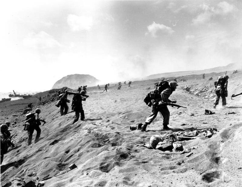 Segunda Guerra Mundial - Página 2 USFourthDivisionMarinesmoveinfromthebeachonIwoJimatheJapaneseVolcanicIsland