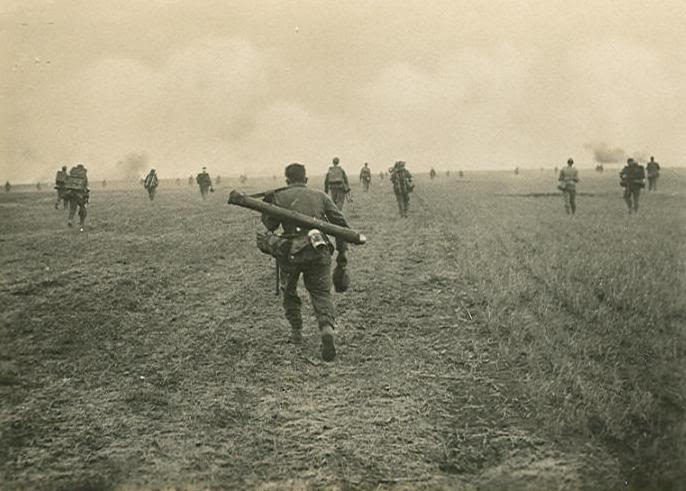 Segunda Guerra Mundial - Página 2 GermanInfantryadvance