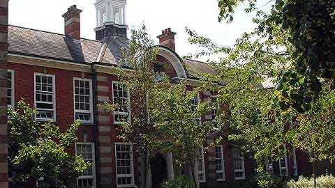 10 trường đại học ma quái nhất nước Anh 1330508384-truong-dai-hoc-ma-quai3
