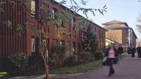 10 trường đại học ma quái nhất nước Anh 1330508384-truong-dai-hoc-ma-quai8