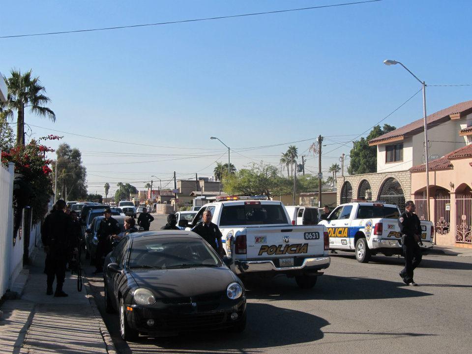 mexicali - Ejecutan a supervisor de la Policia Municipal de Mexicali frente a UABC 393959_287898777933617_220522634671232_830944_294330955_n