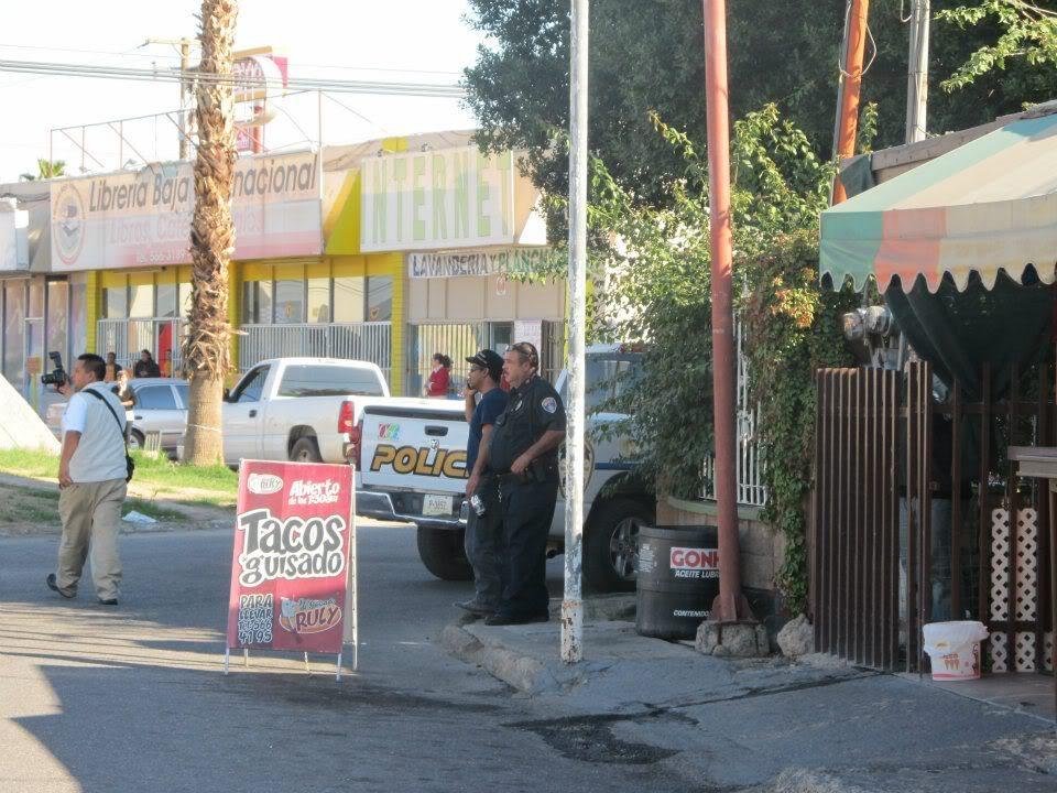 mexicali - Ejecutan a supervisor de la Policia Municipal de Mexicali frente a UABC 394873_287898384600323_220522634671232_830935_1657158788_n
