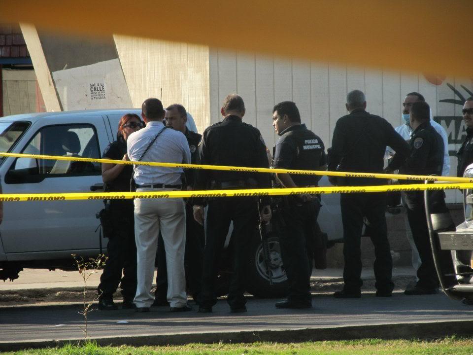 mexicali - Ejecutan a supervisor de la Policia Municipal de Mexicali frente a UABC 397176_287899847933510_220522634671232_830969_1735124011_n