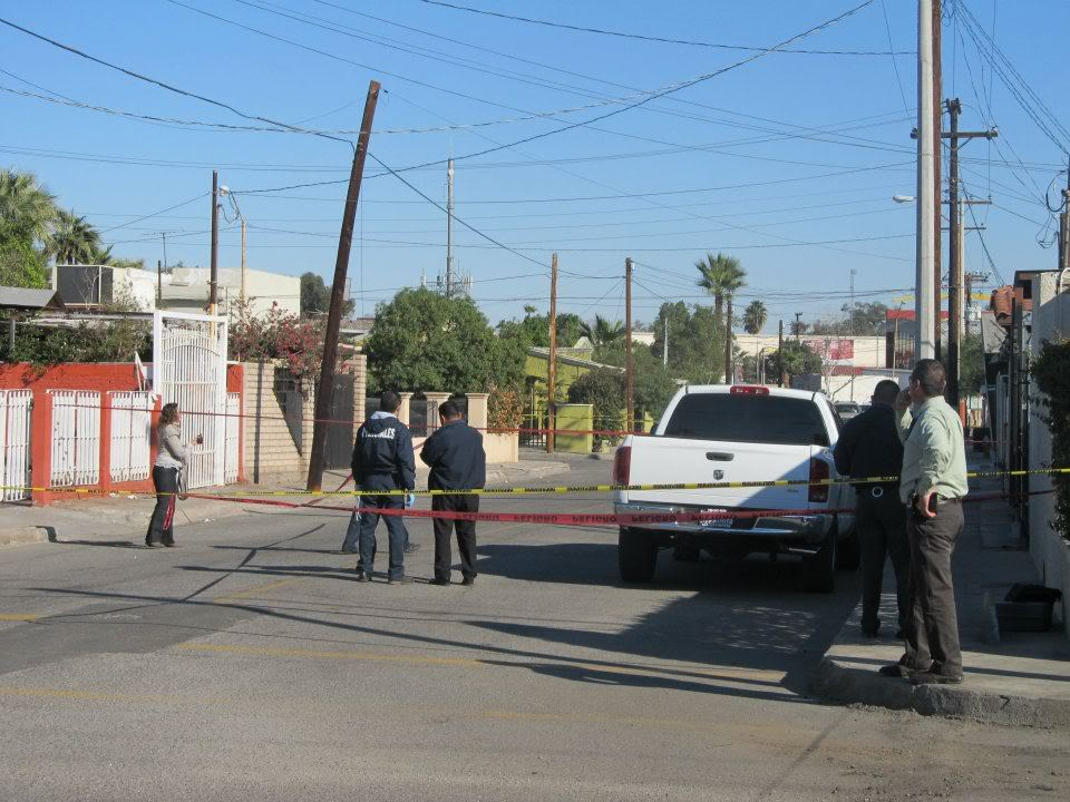 mexicali - Ejecutan a supervisor de la Policia Municipal de Mexicali frente a UABC 401658_287899521266876_220522634671232_830961_242078353_n