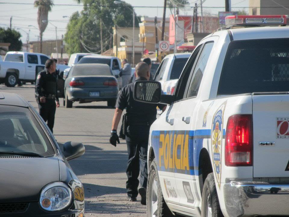 mexicali - Ejecutan a supervisor de la Policia Municipal de Mexicali frente a UABC 402044_287898301266998_220522634671232_830933_1416711981_n