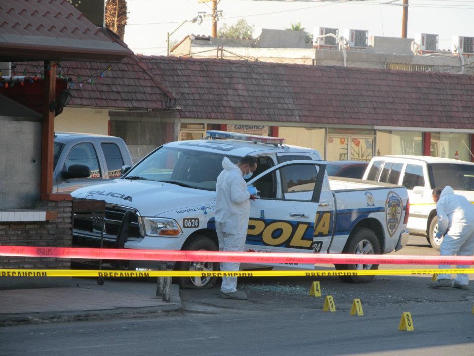 mexicali - Ejecutan a supervisor de la Policia Municipal de Mexicali frente a UABC 403599_287899737933521_220522634671232_830966_635907552_n