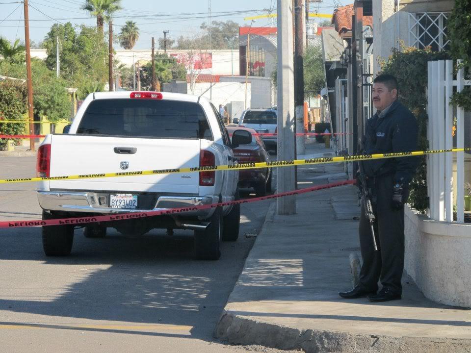 mexicali - Ejecutan a supervisor de la Policia Municipal de Mexicali frente a UABC 406389_287899001266928_220522634671232_830950_654285353_n