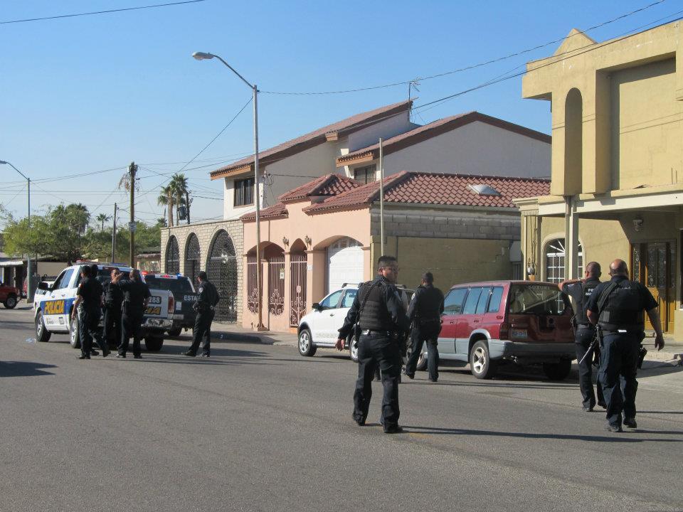 mexicali - Ejecutan a supervisor de la Policia Municipal de Mexicali frente a UABC 406939_287898457933649_220522634671232_830937_1749089504_n