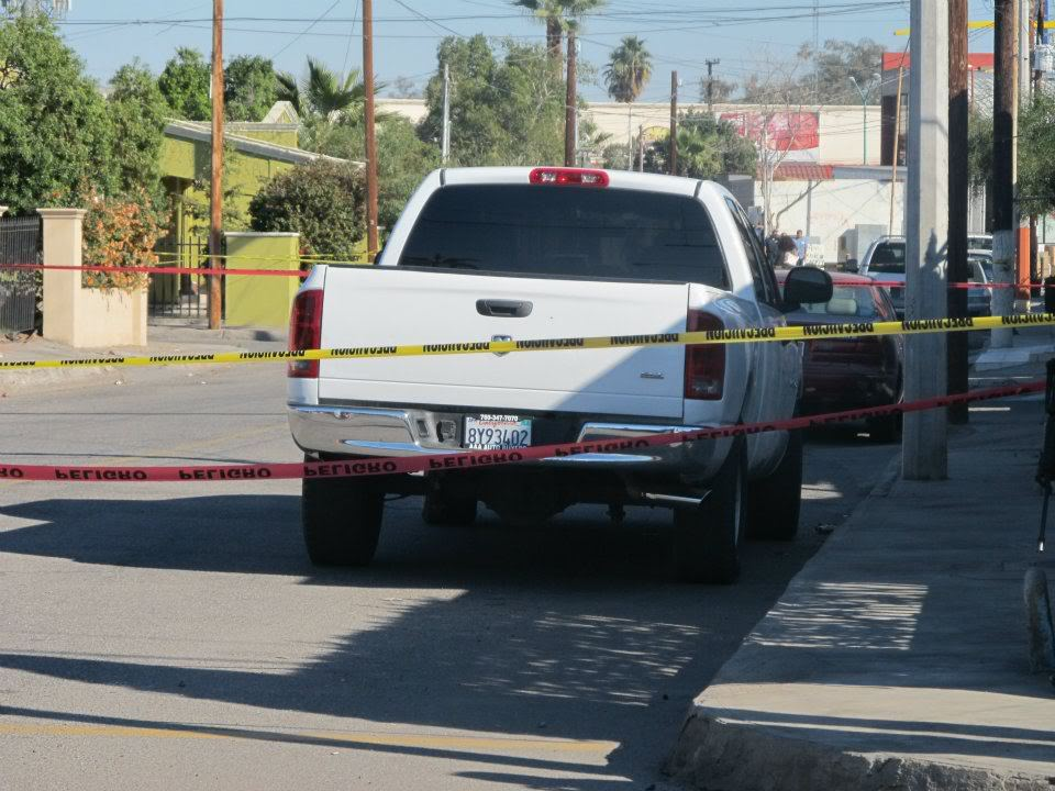 mexicali - Ejecutan a supervisor de la Policia Municipal de Mexicali frente a UABC 408819_287898911266937_220522634671232_830947_1822810902_n