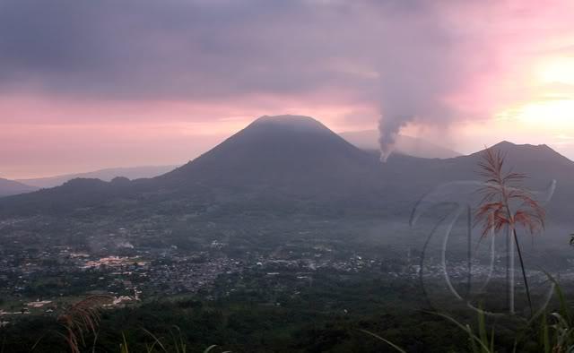 Monte Lokon erupción del volcán (Sulawesi, Indonesia) : Alerta se elevó a más alto nivel + imágenes de la erupción 20110711rizky_adriansyah_gunung_lokon_01copycopy
