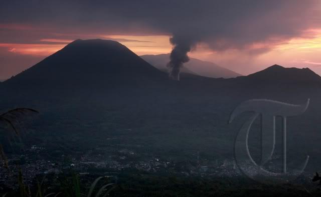 Monte Lokon erupción del volcán (Sulawesi, Indonesia) : Alerta se elevó a más alto nivel + imágenes de la erupción 20110711rizky_adriansyah_gunung_lokon_03copycopy