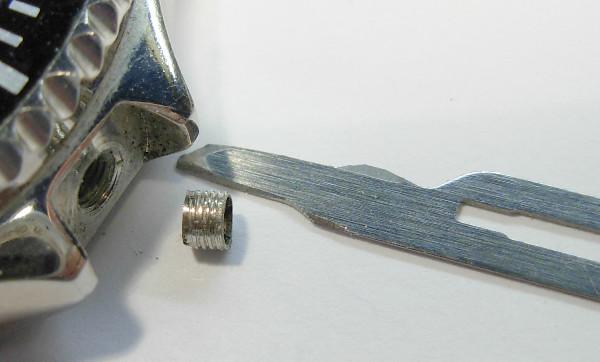 En changeant le tube pour la couronne fileté d´une montre   537-06