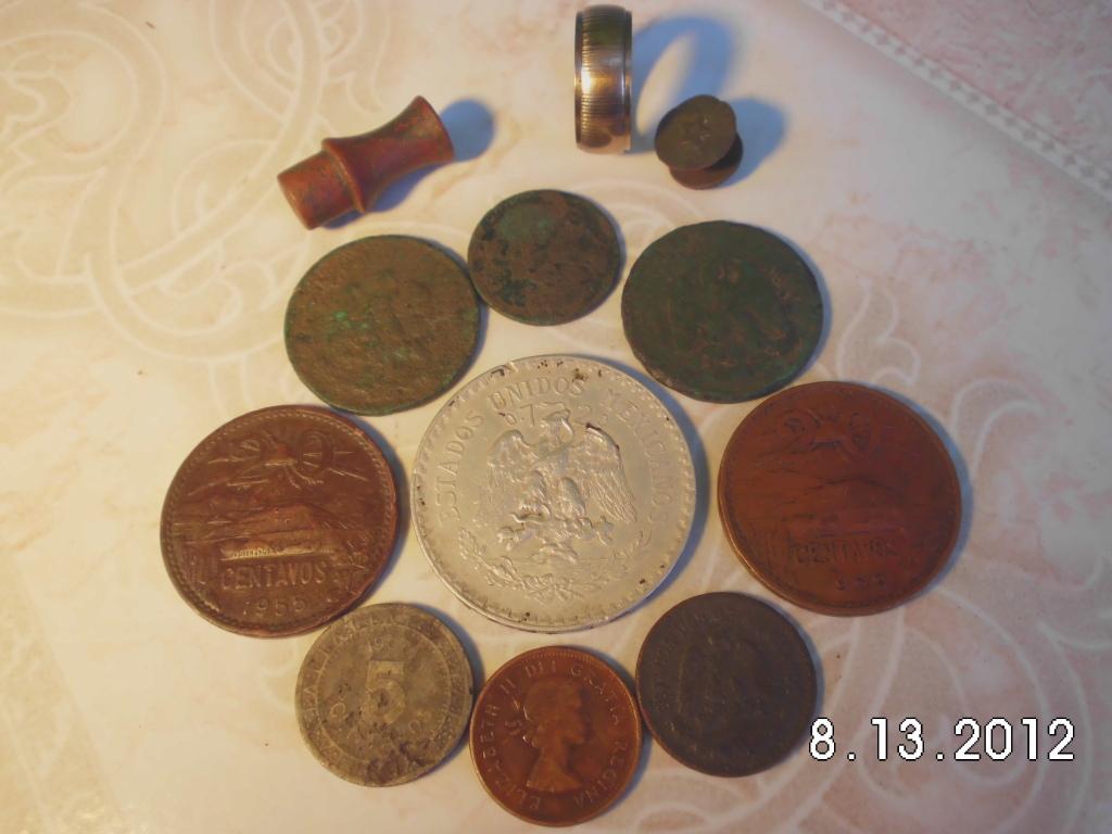 pocas monedas entre ellas una de plata y un anillo de oro CIMG0984