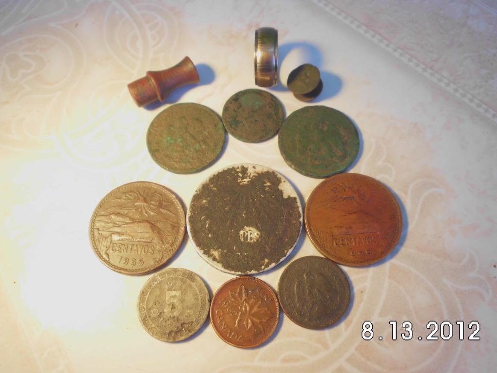 pocas monedas entre ellas una de plata y un anillo de oro CIMG0993