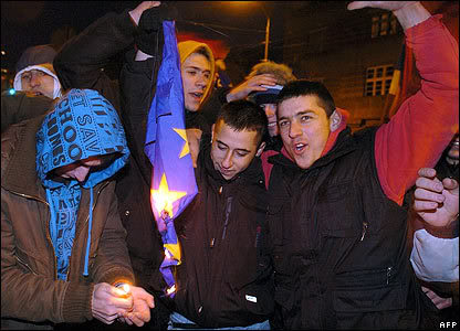 Disa foto per diten e Pavarsis ... _44433090_belgrade_flag416afp1