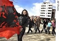 Disa foto per diten e Pavarsis ... Ap_kosovo_flag_independence_195_-1