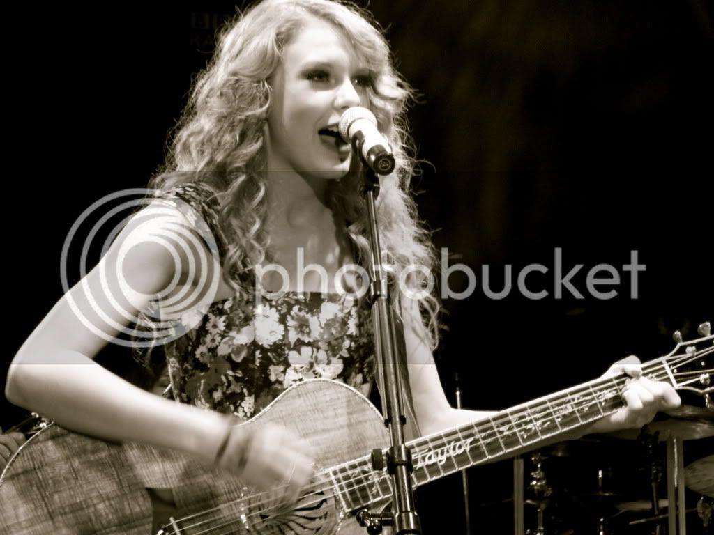 Taylor Swift - Page 4 86820_TaylorSwiftomstageAbbeyRoadSt