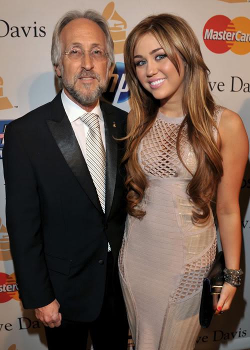 Miley Cyrus khoe vòng một đẫy đà T509225
