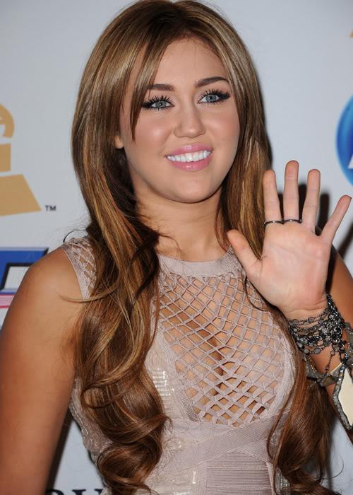 Miley Cyrus khoe vòng một đẫy đà T509226