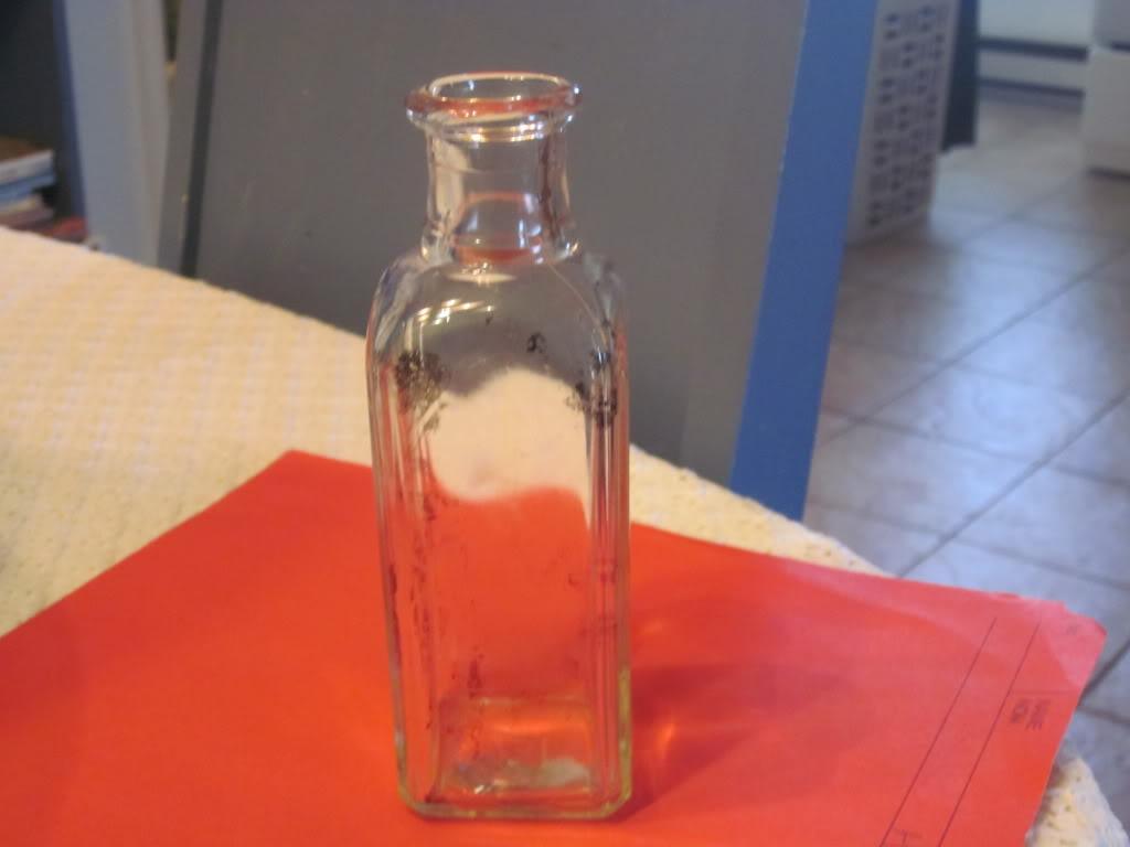 Petite bouteille inscrption B et D dans un losange Bouteille3inscrptionbetd