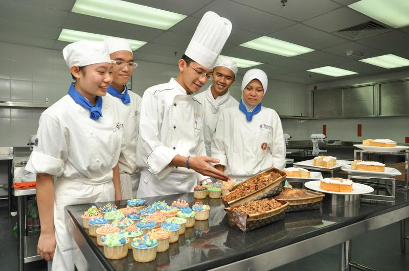 Berjaya University College – Nơi Mang Đến Những Cơ Hội Việc Làm Hấp Dẫn 14-bakery-lab-students_zps9edf24a8