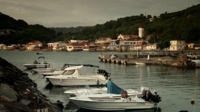 Death in Paradise (2011, série de BBC1 et France 2) DIP8A-1