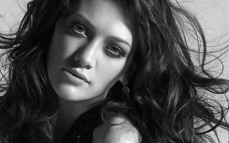 FOTO TË MUAJIT QERSHOR - Faqe 3 Dibosdownload-blogspot-com_Beautiful-Girls-in-Black-and-White-Wallpapers_144