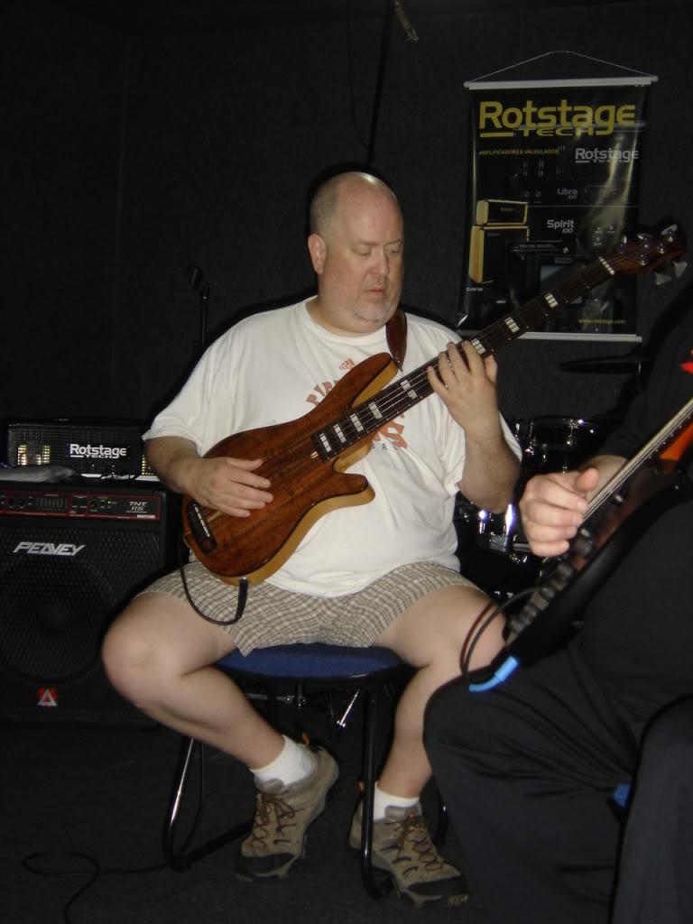 Sobre estilo visual de baixistas... DSC01997