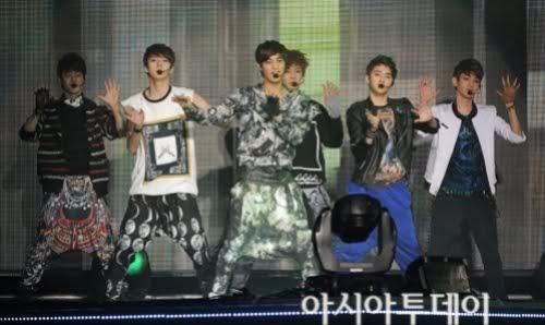 [TRAD] 120401 El nuevo grupo EXO espreso su gratitud hacia sus mayores en su agencia Leeteuk y Yunho Uknow!!! 1-3