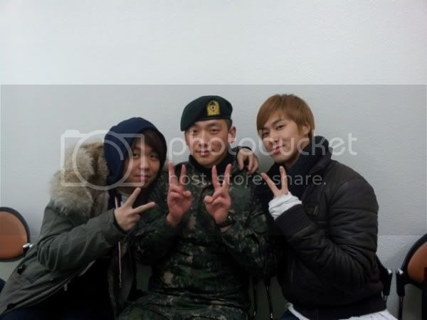 [120205] TVXQ's Yunho visits Rain in the army 510417355