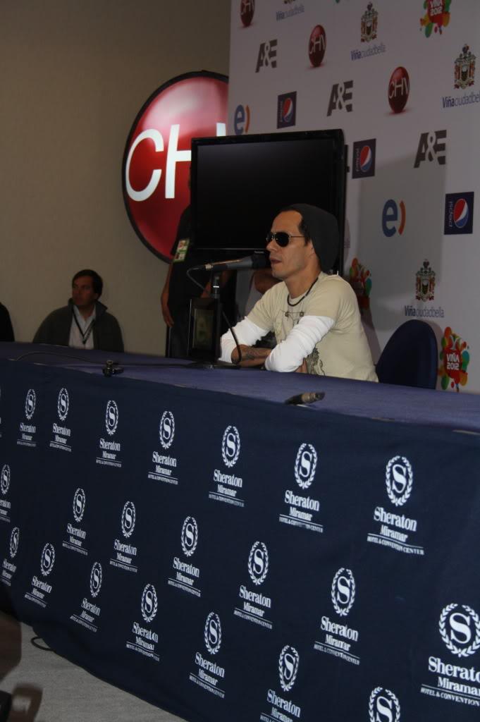 Marc Anthony llegó a una conferencia con una extraña marca en el cuello IMG_8847