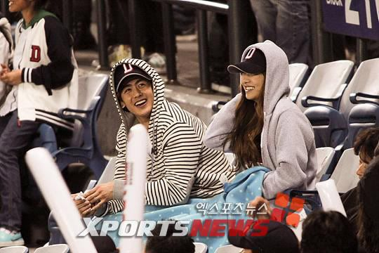 Khuntoria bị bắt gặp hôn nhau tại trận đấu bóng chày 20110419_khuntoria_19