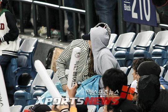 Khuntoria bị bắt gặp hôn nhau tại trận đấu bóng chày 20110419_khuntoria_20